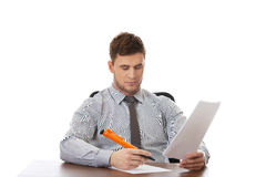 Junger Geschäftsmann, der eine Anmerkung schreibt Lizenzfreie Stockfotografie