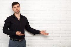 Junger Geschäftsmann, der eine Darstellung macht Lizenzfreie Stockfotos