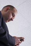 Junger Geschäftsmann, der eine Meldung empfängt Lizenzfreies Stockbild