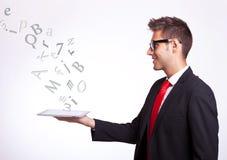 Junger Geschäftsmann, der eine Screenauflage anhält lizenzfreie stockbilder