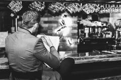 Junger Geschäftsmann, der eine Zeitung liest stockbild