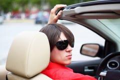 Junger Geschäftsmann, der in einem Auto sitzt Lizenzfreies Stockfoto