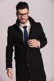 Junger Geschäftsmann, der einen langen eleganten Mantel trägt Stockfoto
