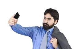 Junger Geschäftsmann, der Foto vom Handy macht Stockfotografie