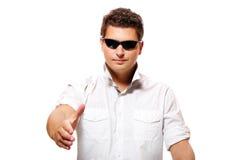 Junger Geschäftsmann, der Hände rüttelt Stockfotografie