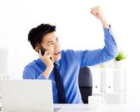 Junger Geschäftsmann, der im Büro arbeitet Lizenzfreies Stockfoto