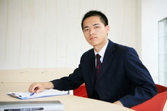 Junger Geschäftsmann, der im Büro arbeitet Stockfotos