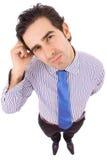 Junger Geschäftsmann, der im Büro denkt lizenzfreie stockbilder