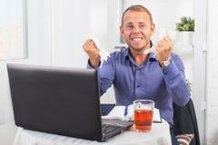 Junger Geschäftsmann, der im Büro, sehr beteiligt, in einer Panik, zerknittertes Papier arbeitet Stockfotos