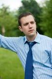 Junger Geschäftsmann, der im Park steht Stockbilder