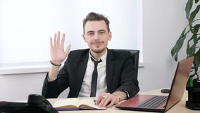 Junger Geschäftsmann in der Klage, die Auf Wiedersehen Zeichen und zeigt und seine Hand 60 fps wellenartig bewegt stock video footage