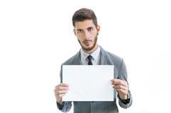 Junger Geschäftsmann, der leere Karte hält Stockfotografie