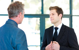 Junger Geschäftsmann, der mit einem Senior Manager spricht Stockfotos