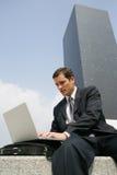 Junger Geschäftsmann, der mit Laptop draußen arbeitet stockfoto