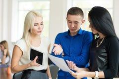 Junger Geschäftsmann, der mit seinen Partnern spricht Lizenzfreie Stockfotos