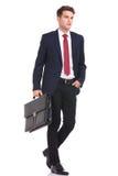 Junger Geschäftsmann, der mit seiner Hand in der Tasche geht Stockfotografie