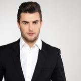 Junger Geschäftsmann der Mode im schwarzen Anzug stockbild