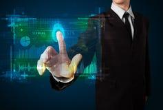 Junger Geschäftsmann, der moderne Technologieplatte mit Finger p bedrängt Stockbild