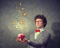 Junger Geschäftsmann, der moneybox hält Stockfotografie