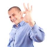 Junger Geschäftsmann, der OKAYzeichen zeigt stockbild