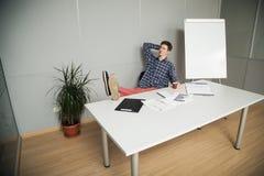 Junger Geschäftsmann, der Pläne während der Zukunft macht Stockfotos