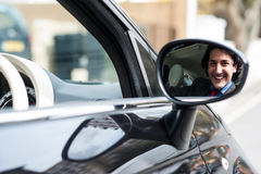 Junger Geschäftsmann, der sein Auto fährt Lizenzfreie Stockfotos