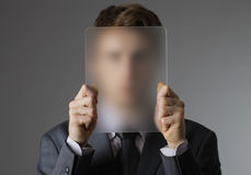 Junger Geschäftsmann, der sein Gesicht abdeckt stockfoto