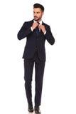 Junger Geschäftsmann, der seins Bindung regelt Lizenzfreies Stockfoto