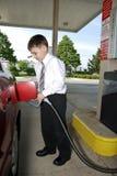 Junger Geschäftsmann an der Tankstelle Stockbild