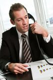 Junger Geschäftsmann, der am Telefon spricht Stockfotos