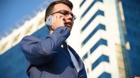 Junger Geschäftsmann, der am Telefon spricht stock video footage