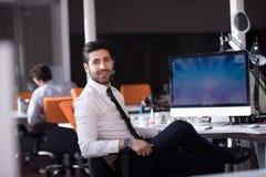 Junger Geschäftsmann, der an Tischrechner arbeitet Stockbilder
