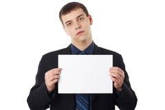 Junger Geschäftsmann, der unbelegten Vorstand anhält lizenzfreie stockfotos