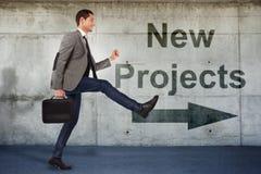 Junger Geschäftsmann, der zu den neuen Projekten geht lizenzfreies stockbild