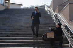 Junger Geschäftsmann die Treppe hinunter gehend Stockbilder