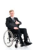 Junger Geschäftsmann in einem Rollstuhl mit dem Daumen oben Lizenzfreies Stockbild