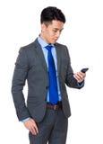 Junger Geschäftsmann gelesen auf dem Mobiltelefon stockfotos