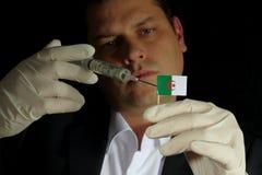 Junger Geschäftsmann gibt eine Finanzeinspritzung zur algerischen Flagge Stockbild