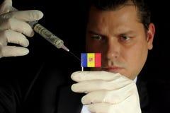 Junger Geschäftsmann gibt eine Finanzeinspritzung zur andorranischen Flagge Lizenzfreies Stockbild