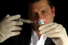 Junger Geschäftsmann gibt eine Finanzeinspritzung zur mexikanischen Flagge, die auf schwarzem Hintergrund lokalisiert wird Stockbilder