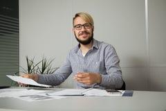 Junger Geschäftsmann glücklich mit dem Ergebnis Lizenzfreie Stockfotografie