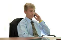 Junger Geschäftsmann hinter Arbeit. Lizenzfreies Stockfoto