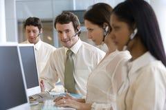 Junger Geschäftsmann im Kundenkontaktcenter Lizenzfreies Stockfoto