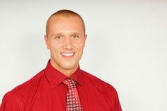 Junger Geschäftsmann im roten Hemd Stockbild