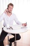 Junger Geschäftsmann in intelligentem zufälligem, eine Kaffeepause habend Lizenzfreies Stockfoto