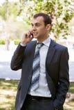 Junger Geschäftsmann ist aus Büro auf einem Gebiet heraus Stockfoto