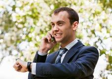 Junger Geschäftsmann ist aus Büro auf einem Gebiet heraus Lizenzfreies Stockbild