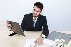 Junger Geschäftsmann ist 20-30 Jahre alte Belastung und Sorge im Büro stockbild
