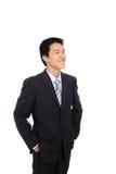 Junger Geschäftsmann mit überzeugtem Lächeln lizenzfreie stockfotos