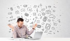 Junger Geschäftsmann mit aller Art von Hand gezeichnete Medienikonen in BAC Stockbild